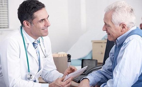 Medico atendiendo Paciente