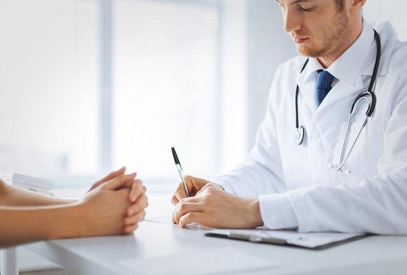 Medico llenando planilla