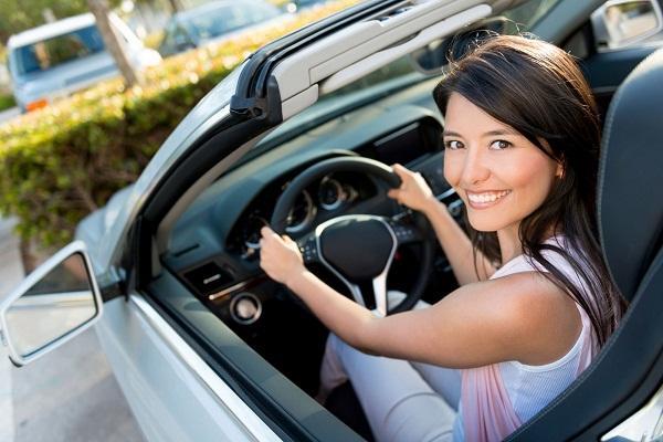 Mujer feliz en carro