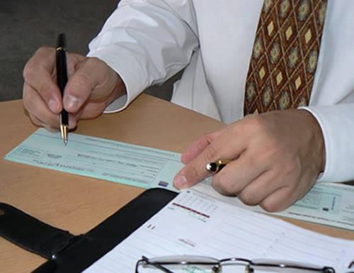 hombre firmando cheque certificado camara de comercio