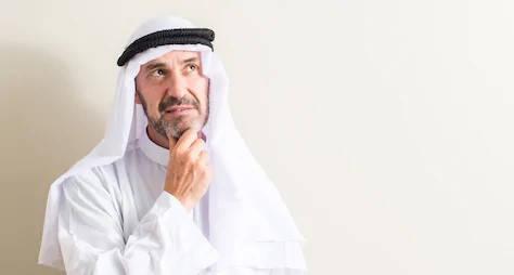 hombre musulmán pensando certificado halal