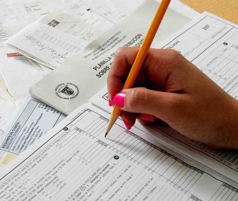 llenando planilla certificado de residencia