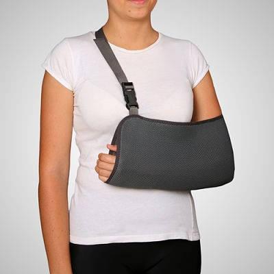 mujer brazo enyesado Requisitos para pensión de invalidez