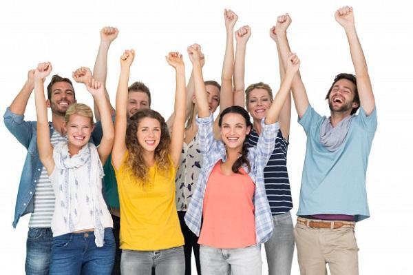 personas levantando la mano