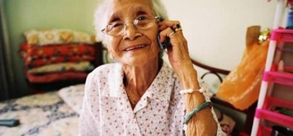 Abuela hablando por cel