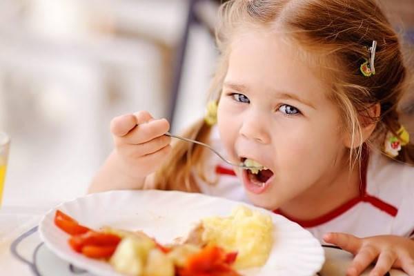 Certificado de deudores alimentarios niña comiendo