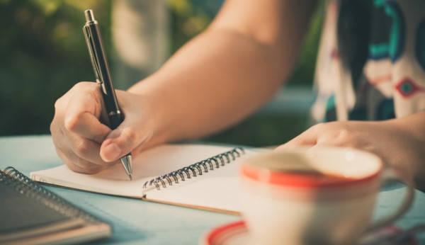 Certificado de ingresos brutos mujer escribiendo