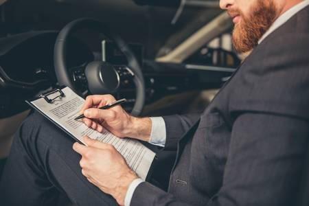 Formulario 01 hombre firmando coche