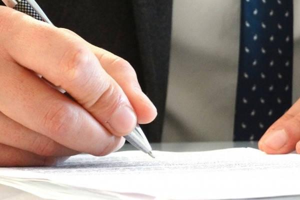 Formulario 184 hombre firmando