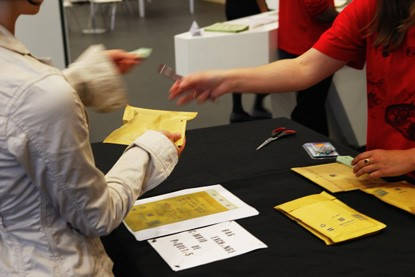 Formulario IGJ mujer entregando documentos