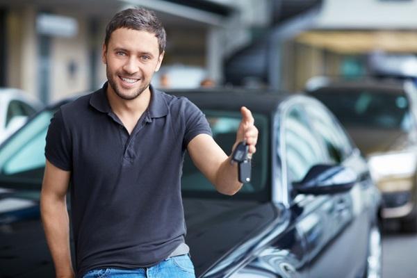Hombre con llaves de carro