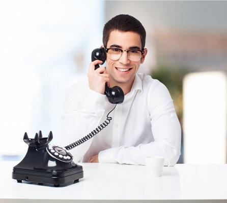 Hombre hablando por Telefono