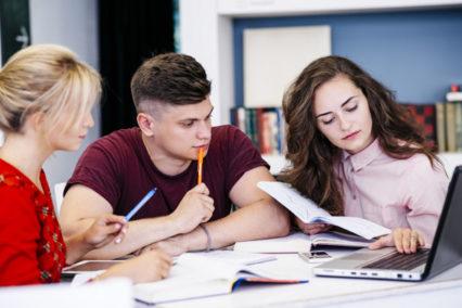 Jovenes estudiando