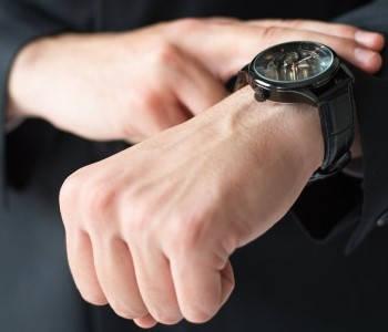 Requisitos para antecedentes penales viendo reloj