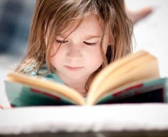 Requisitos para salir del país con menores niño leyendo