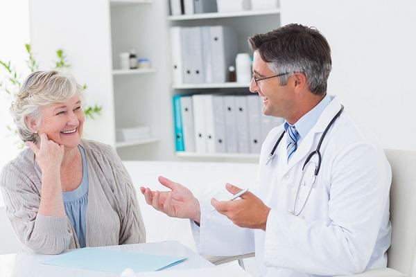 Doctor atendiendo a paciente