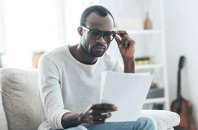 hombre leyendo datos