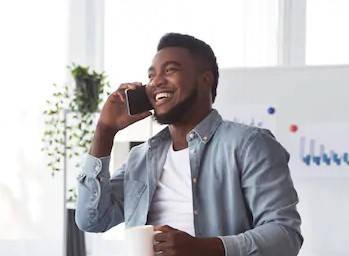 hombre llamando para saber sus días cotizados