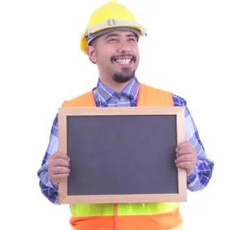 obrero viendo los beneficios del convenio