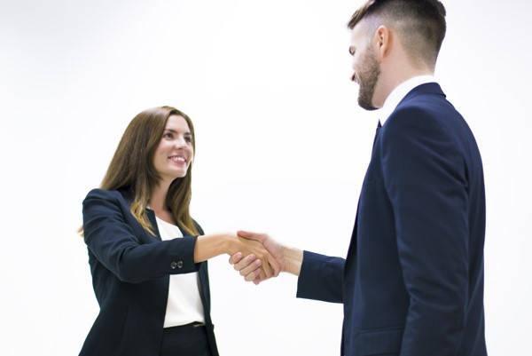 Certificado SIPPASE hombre y mujer estrechando las manos