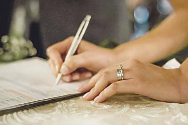 Certificado de Matrimonio Bolivia firmando acta