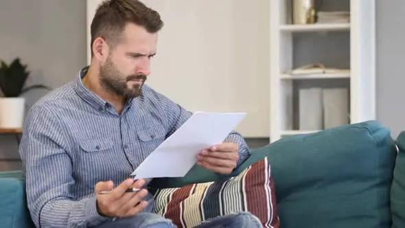 Certificado de No Aportación AFP Previsión hombre leyendo