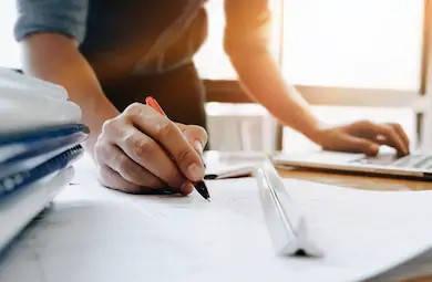 Ingeniro escribiendo plano