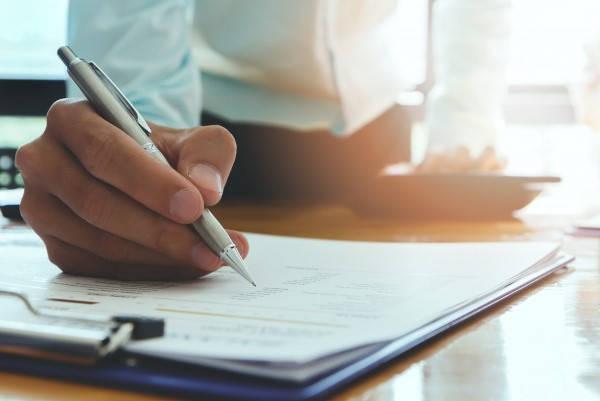 Requisitos para Constituir una Sociedad Accidental en Bolivia firmando papel
