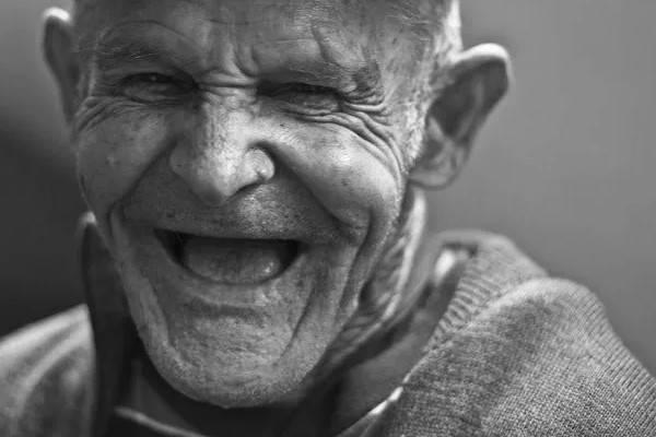 Requisitos para jubilación AFP Futuro anciano sonriendo