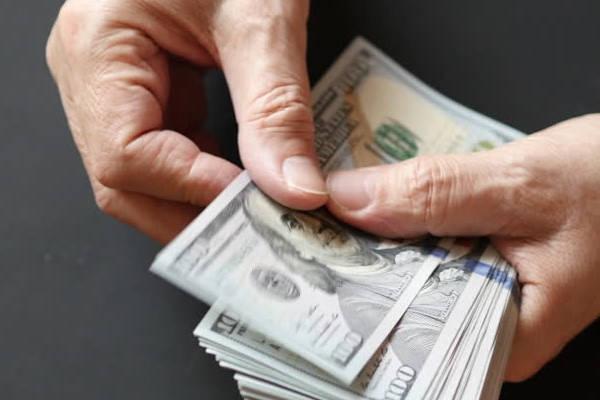 Certificado de Depósito contando dinero