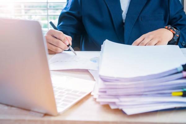 Certificado de Depósito revisando facturas