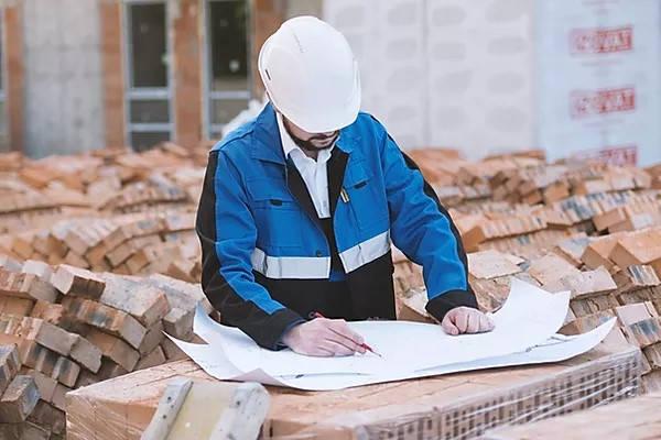 Certificado de Parámetros Urbanísticos ingeniero revisando planos