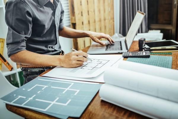 Formulario Único de Habilitación Urbana revisando planos