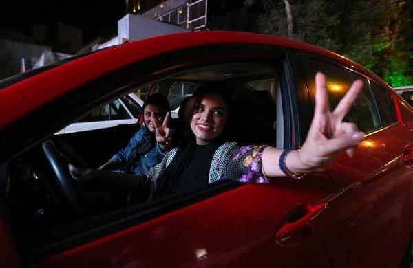 Requisitos para Licencia de Conducir mujer conduciendo