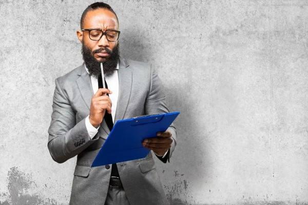 Requisitos para Pasaporte hombre revisando lista