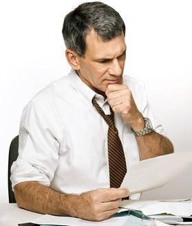 hombre leyendo normatividad