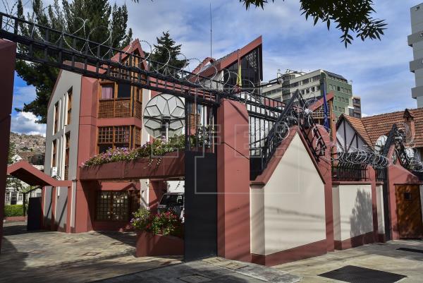Calma en la embajada española y vigilia en la residencia mexicana ...