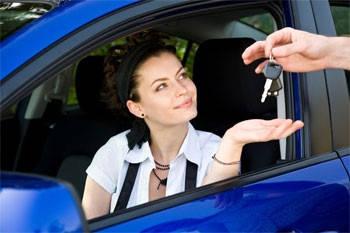 mujer recibiendo auto