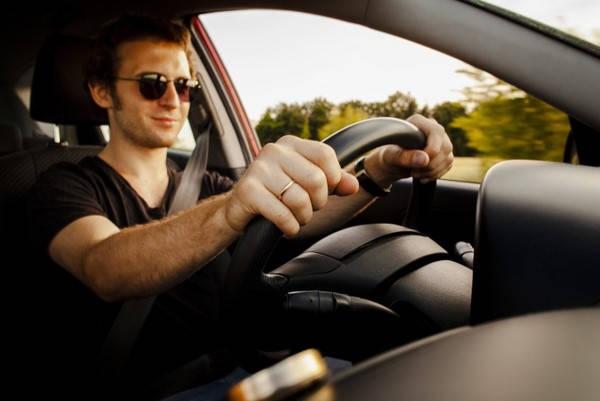 Cita para Licencia de Conducir hombre conduciendo