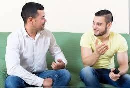 Cita para Visa Americana hombres hablando