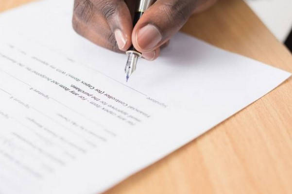 Requisitos para Traspaso de Vehículo firmando contrato