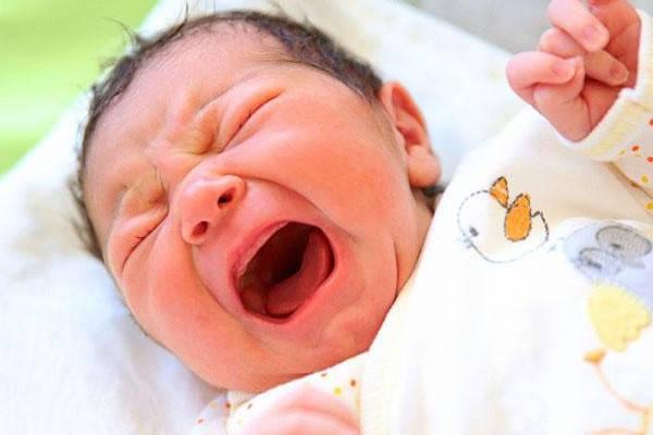 Certificado de nacimiento bebe llorando