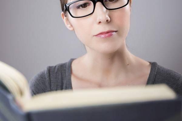 Requisitos para sacar pasaporte mujer leyendo