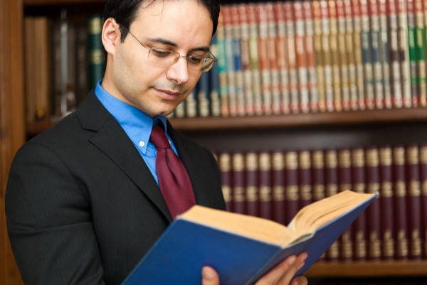 Certificado de Prácticas Pre Profesionales abogado leyendo